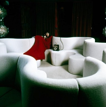 "Verner-Panton-Kleeblatt""-sofa-on-the-Mira-X-stand-at-the-exhibition-""Heimtextil""-in-Frankfurt-1971-e1325176525338.jpg"